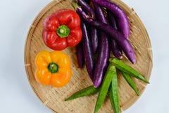 Una placa de verduras frescas fotos de archivo
