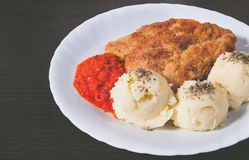 Una placa del pollo frito y de purés de patata frescos, calientes, curruscantes imágenes de archivo libres de regalías