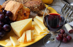 Una placa del queso y de un vidrio de vino Fotos de archivo libres de regalías