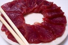 Una placa del sashimi del atún de la aleta del amarillo del ahi fotografía de archivo libre de regalías