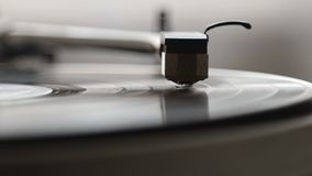Una placa giratoria del tocadiscos con ella aguja del ` s que corre a lo largo de un disco de vinilo almacen de metraje de vídeo