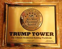 Una placa que concede a la torre del triunfo seis estrellas de la academia americana de ciencias de la hospitalidad exhibidas en  Imagen de archivo libre de regalías