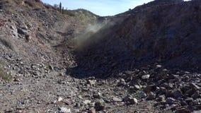 Una placa vacía del fondo del desierto con la explosión en distancia almacen de video