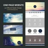 Una plantilla del sitio web de la página y diversos diseños del jefe con los fondos borrosos Foto de archivo