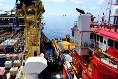 Una plataforma de la gabarra con un buque de la fuente Foto de archivo libre de regalías