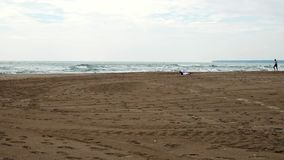 Una playa, con una línea del horizonte visible, y arena con las pistas visibles del neumático almacen de video