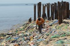 Una playa cubierta por la litera plástica en el CÃ'te menudo de Senegal, África occidental Foto de archivo