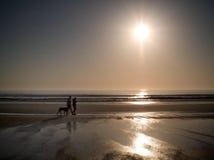 Una playa en la puesta del sol Fotografía de archivo libre de regalías