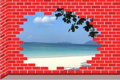 Una playa en pared de ladrillo quebrada fotografía de archivo