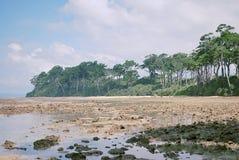 Una playa rocosa fotografía de archivo libre de regalías
