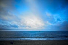 Una playa vacía por la mañana foto de archivo