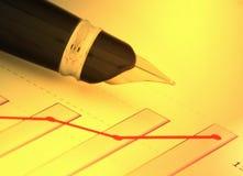 Una pluma en la carta positiva de la ganancia (y) Foto de archivo libre de regalías