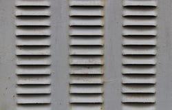 Una poca griglia di ventilazione del ferro nella porta del ferro Acciaio di ventilazione dell'aria Vecchia cabina di trasformazio fotografia stock