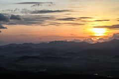 Una poca niebla en la montaña mañana él nombre `` Khao Khai Noy `` Fotografía de archivo libre de regalías