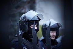 Una policía del gobierno en la independencia ajusta durante la revolución en la Ucrania fotografía de archivo