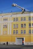 Una polizia equipaggia fa una pausa la facciata artificiale della costruzione Mosca Kremlin Immagini Stock Libere da Diritti
