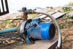 Una pompa idraulica blu sulla terra immagini stock