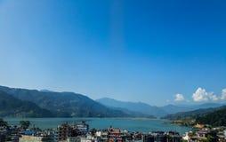Una porción de ciudad de Pokhara de Nepal y del lago Fewa con el cielo azul como fondo imágenes de archivo libres de regalías
