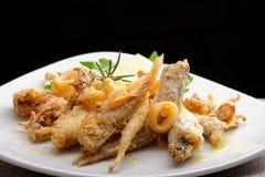 Una porción de pescados fritos mezclados imagen de archivo