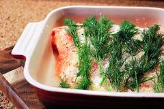 Una porción de salmones que son curados para el gravlax Fotografía de archivo