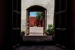 Una porta aperta a Santa Catalina Monastery immagini stock libere da diritti