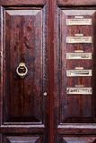 Una porta di legno marrone in mezzo a vecchia Roma Fotografia Stock Libera da Diritti