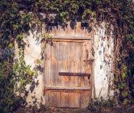 Una porta di legno nel vecchio granaio Fotografie Stock Libere da Diritti