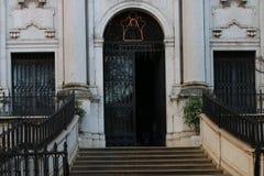 Una porta fuori da una chiesa Fotografia Stock