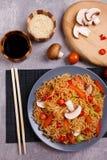 Una porzione di tagliatelle con i funghi e verdure e un'altri salsa e sesamo di soia Vista superiore fotografia stock libera da diritti