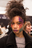 Una posa del modello dietro le quinte alla sfilata di moda di FTL Moda durante la caduta 2015 di MBFW Fotografia Stock Libera da Diritti