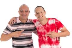 Una posa dell'America latina di due amici per la foto Gesture con immagine stock