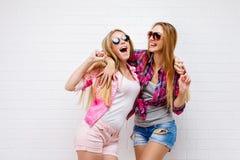 Una posa di due amici Stile di vita moderno Due migliori amici sexy alla moda delle ragazze dei pantaloni a vita bassa pronti per Immagini Stock Libere da Diritti