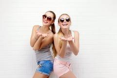 Una posa di due amici Stile di vita moderno Due migliori amici sexy alla moda delle ragazze dei pantaloni a vita bassa pronti per Fotografie Stock