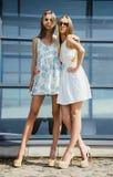 Una posa di due sorelle all'aperto Fotografie Stock