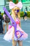 Una posa giapponese non identificata di cosplay di anime immagini stock libere da diritti