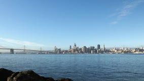Una posibilidad muy remota del puente céntrico de la bahía de San Francisco y de Oakland metrajes
