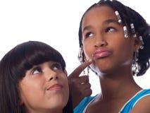 una posizione sveglia delle 2 ragazze fotografie stock libere da diritti