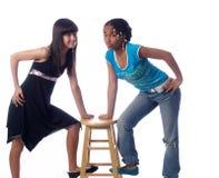 una posizione sveglia delle 2 ragazze fotografia stock
