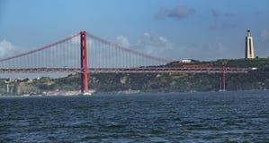 Una possibilità remota di 25 de Abril Bridge sopra il Tago Fotografia Stock