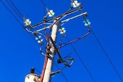 Una posta con i cavi elettrici Immagine Stock Libera da Diritti