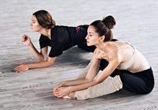 Una pratica di due amici dei ballerini nello studio di ballo Immagine Stock