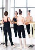 Una pratica di due amici dei ballerini nello studio di ballo Fotografie Stock Libere da Diritti