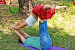 Una práctica emparejada de la yoga Fotos de archivo