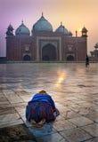 Una preghiera del mattino, alba a Agra, India a Taj Mahal Fotografie Stock