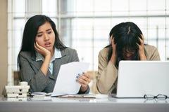 Una preoccupazione di due donne di affari circa il loro fallimento Immagine Stock Libera da Diritti