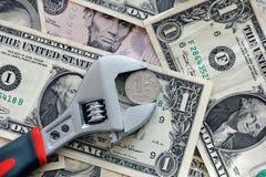 Una presa della moneta della rublo in una chiave inglese Fotografia Stock