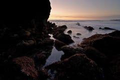 Una presa di acqua in una costa del Pacifico rocciosa irregolare fotografia stock libera da diritti