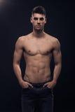 Una presentación muscular del hombre joven Imagenes de archivo