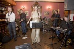 Una presentación que provoca del funcionamiento de los músicos del cóctel del grupo del estallido Imagen de archivo libre de regalías