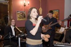 Una presentazione suscitante della prestazione dei musicisti del cocktail del gruppo di schiocco Fotografie Stock Libere da Diritti